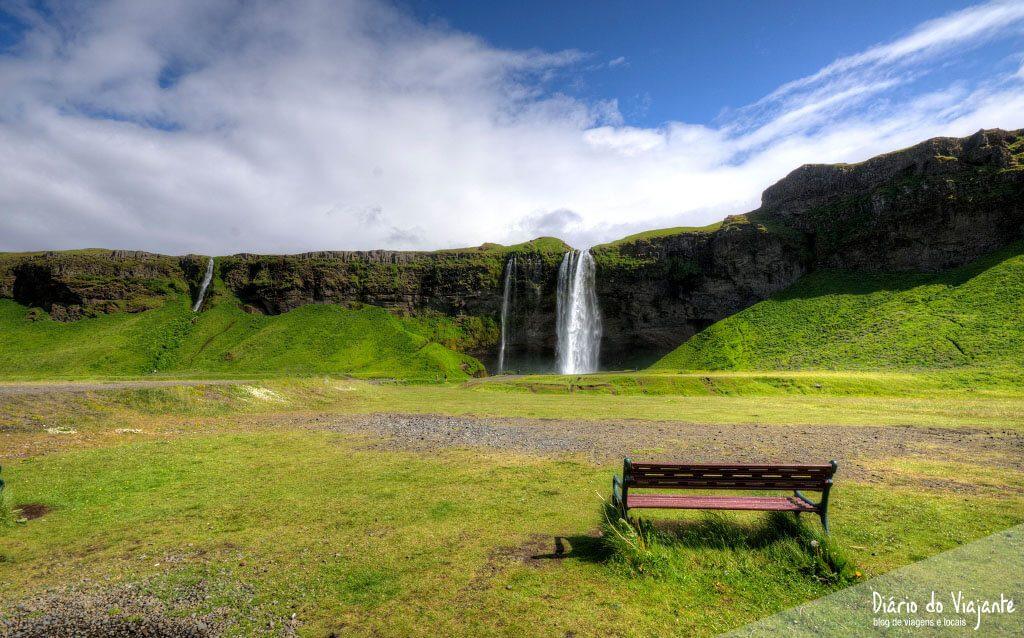 Seljalandsfoss, que nasce no glaciar do vulcão Eyjafjallajökull   Islândia