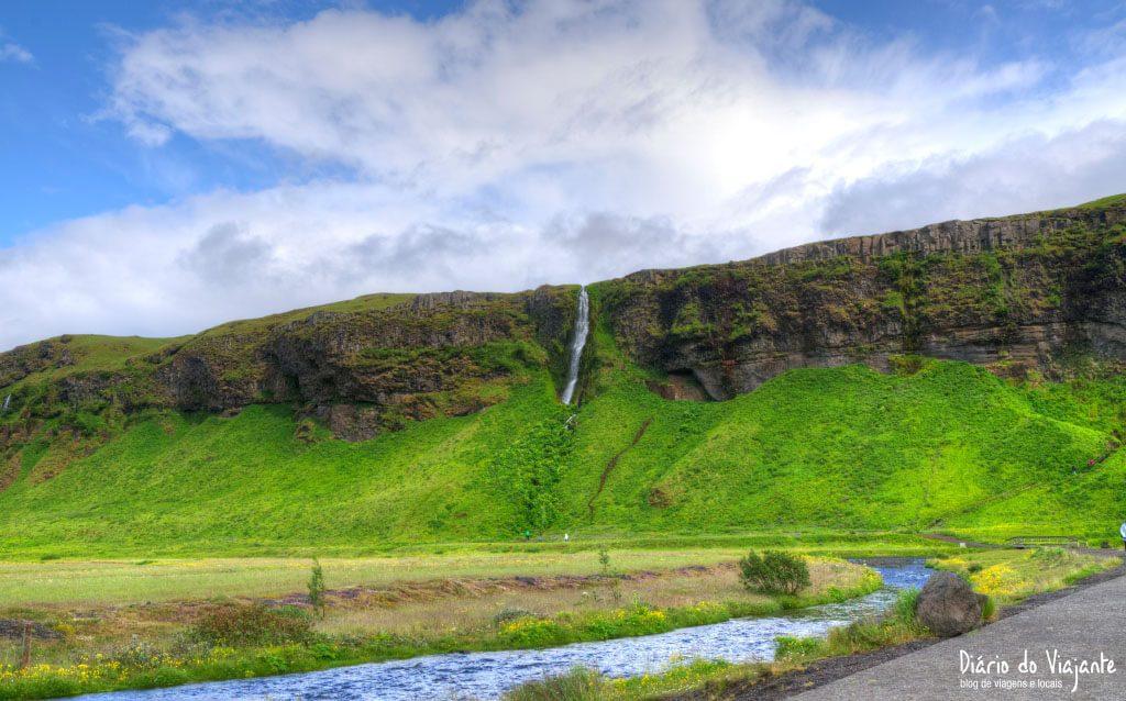 Seljalandsfoss, que nasce no glaciar do vulcão Eyjafjallajökull | Islândia